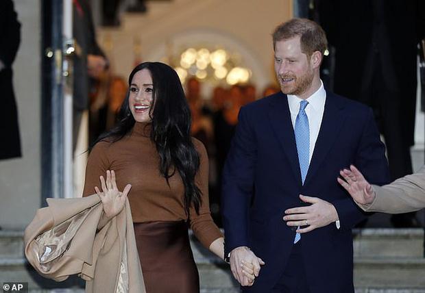 MC nổi tiếng nhất nước Anh nặng nề chỉ trích Meghan hết ghẻ lạnh gia đình, bạn bè mình rồi lại chia rẽ Harry với William và hoàng gia - Ảnh 2.