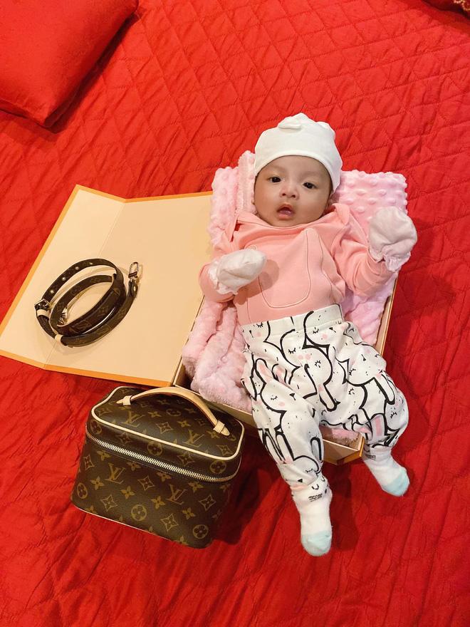 Rich kid mới nổi gọi tên con gái Bùi Tiến Dũng - Khánh Linh: Mới 2 tháng tuổi đã được phủ hàng hiệu từ đầu tới chân - Ảnh 8.