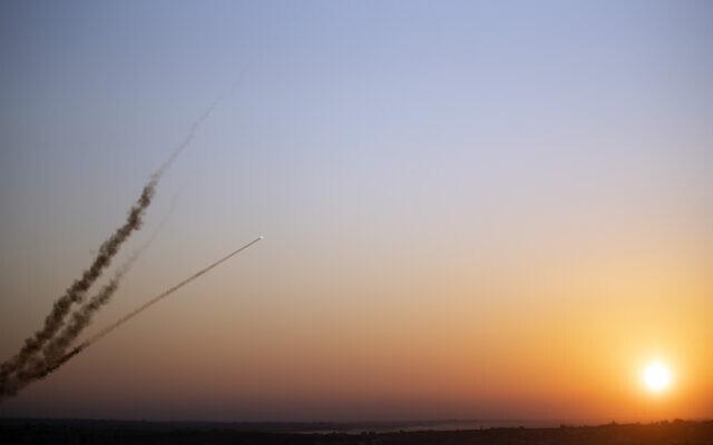 NÓNG: Israel bị tấn công tới tấp, Iron Dome gồng mình đánh chặn, xe tăng nã pháo báo thù - Ảnh 1.