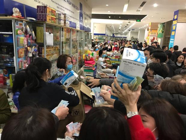 Chợ thuốc lớn nhất Hà Nội đặt biển không bán khẩu trang, miễn hỏi - Ảnh 1.