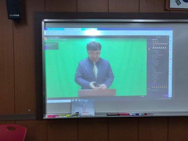Lo sợ lây nhiễm virus Corona, một trường cấp 3 quyết định làm lễ tốt nghiệp qua... livestream - Ảnh 2.