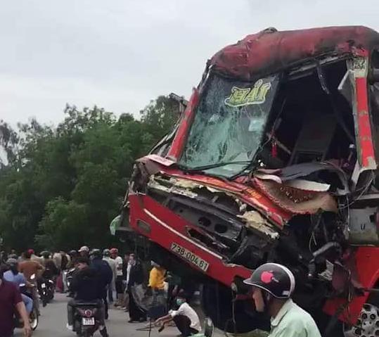 Hiện trường vụ tai nạn liên hoàn giữa 2 xe khách và xe đầu kéo - Ảnh 1.