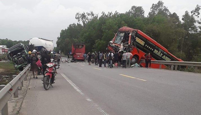 Hiện trường vụ tai nạn liên hoàn giữa 2 xe khách và xe đầu kéo - Ảnh 3.