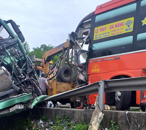 Hiện trường vụ tai nạn liên hoàn giữa 2 xe khách và xe đầu kéo - Ảnh 4.