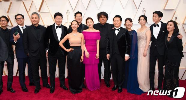 Dàn sao Ký sinh trùng gây sốt khi làm trò trên thảm đỏ Oscar 2020, nữ hoàng phim nóng và Park So Dam chiếm trọn spotlight - Ảnh 2.