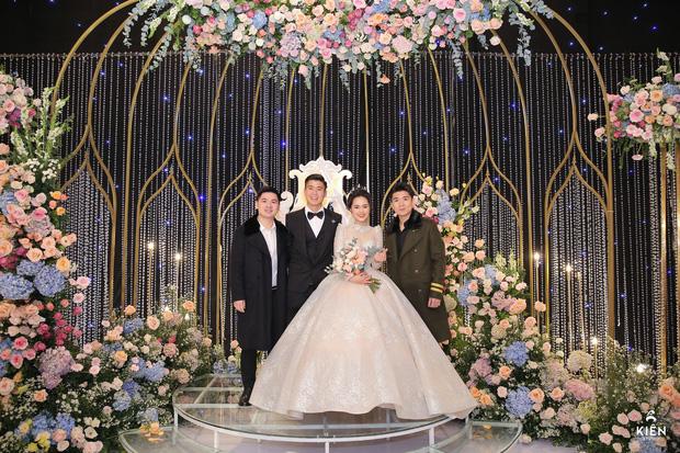 2 thiếu gia nhà bầu Hiển dự đám cưới Duy Mạnh - Quỳnh Anh, khí chất tổng tài khiến dân tình trầm trồ - Ảnh 1.