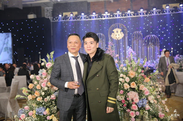 2 thiếu gia nhà bầu Hiển dự đám cưới Duy Mạnh - Quỳnh Anh, khí chất tổng tài khiến dân tình trầm trồ - Ảnh 2.