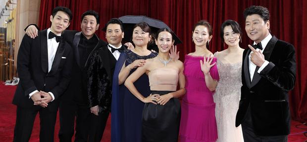 Dàn sao Ký sinh trùng gây sốt khi làm trò trên thảm đỏ Oscar 2020, nữ hoàng phim nóng và Park So Dam chiếm trọn spotlight - Ảnh 3.