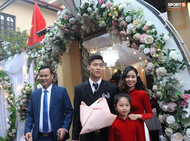 Chân dung người chị ruột xinh đẹp và cô cháu gái model nhí chuyên nghiệp vừa xuất hiện nổi bật trong đám cưới cậu Duy Mạnh ngày hôm qua - Ảnh 3.