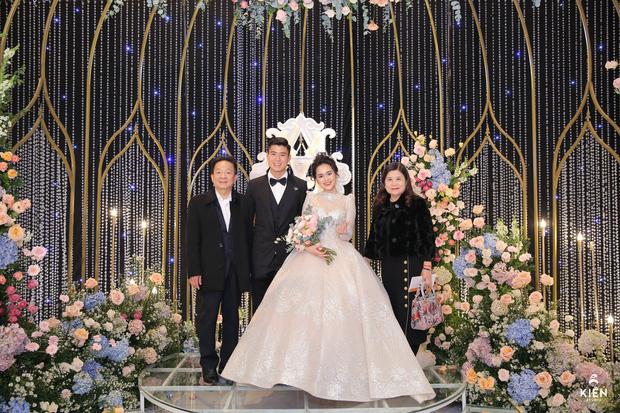 2 thiếu gia nhà bầu Hiển dự đám cưới Duy Mạnh - Quỳnh Anh, khí chất tổng tài khiến dân tình trầm trồ - Ảnh 3.