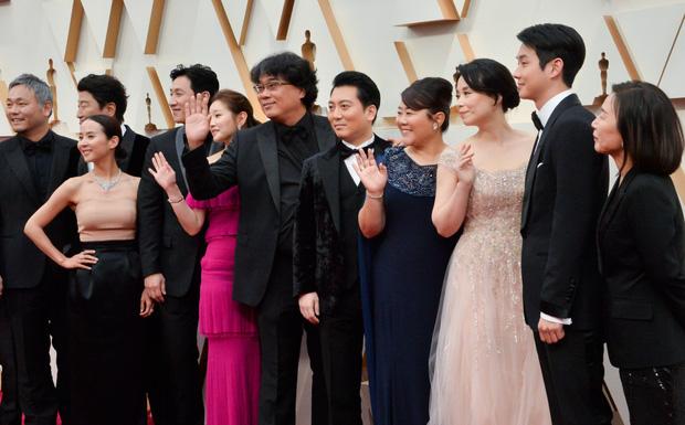Dàn sao Ký sinh trùng gây sốt khi làm trò trên thảm đỏ Oscar 2020, nữ hoàng phim nóng và Park So Dam chiếm trọn spotlight - Ảnh 5.
