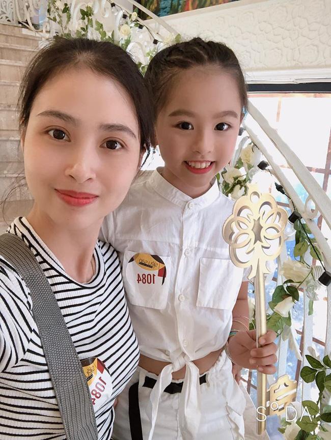 Chân dung người chị ruột xinh đẹp và cô cháu gái model nhí chuyên nghiệp vừa xuất hiện nổi bật trong đám cưới cậu Duy Mạnh ngày hôm qua - Ảnh 9.