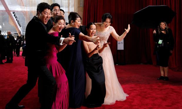 Dàn sao Ký sinh trùng gây sốt khi làm trò trên thảm đỏ Oscar 2020, nữ hoàng phim nóng và Park So Dam chiếm trọn spotlight - Ảnh 9.