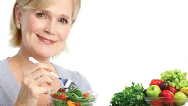 Chế độ ăn uống cho phụ nữ mãn kinh - Ảnh 1.