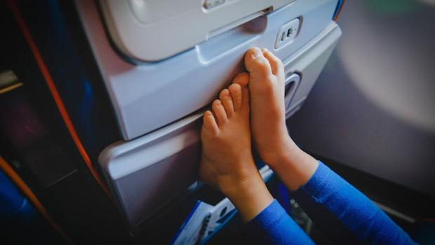 Chúng ta không nên cởi giày, dép ra khi máy bay cất cánh hoặc hạ cánh: Chuyện tưởng như không có gì nhưng lại rất nghiêm trọng - Ảnh 2.