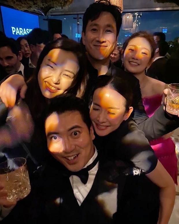 Bị chỉ trích nặng nề, Hoa hậu nóng bỏng nhất Hàn Quốc phải xin lỗi khi có hành động này với đoàn phim Ký sinh trùng vừa nhận giải Oscar - Ảnh 2.