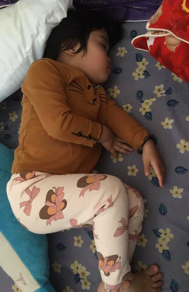"""Vào phòng chốt cửa rồi lăn ra ngủ, cô bé hơn 3 tuổi khiến bố phải """"đau đầu"""" nhờ hàng xóm - Ảnh 2."""