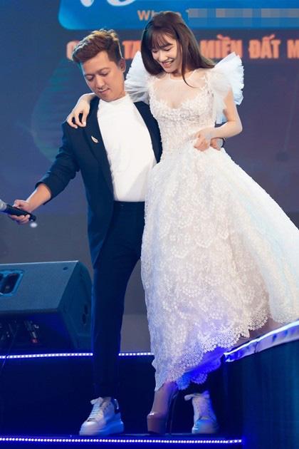 Soi phong cách nịnh vợ không ai giống ai của bộ ba ông chồng nổi tiếng nhất showbiz Việt hiện nay - Ảnh 4.