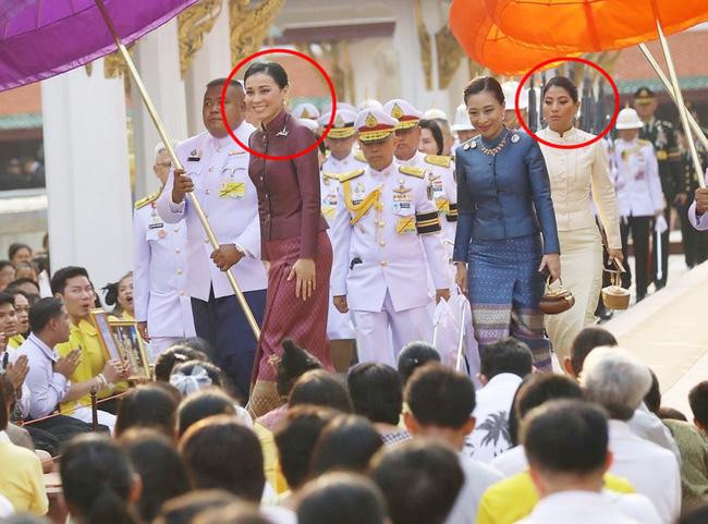 Hoàng hậu Thái Lan tươi cười rạng rỡ, nổi bật hơn cả công chúa Thái Lan đi phía sau với gương mặt không để lộ nhiều biểu cảm.