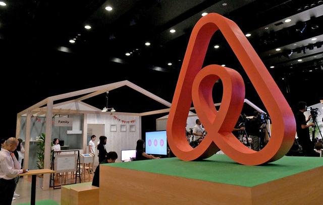 Kỳ lân Airbnb tiếp tục báo cáo thua lỗ hàng trăm triệu USD - Ảnh 1.