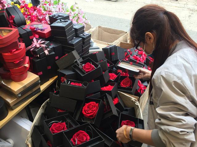 Hoa vĩnh cửu tiền triệu đắt khách dịp Valentine - Ảnh 2.