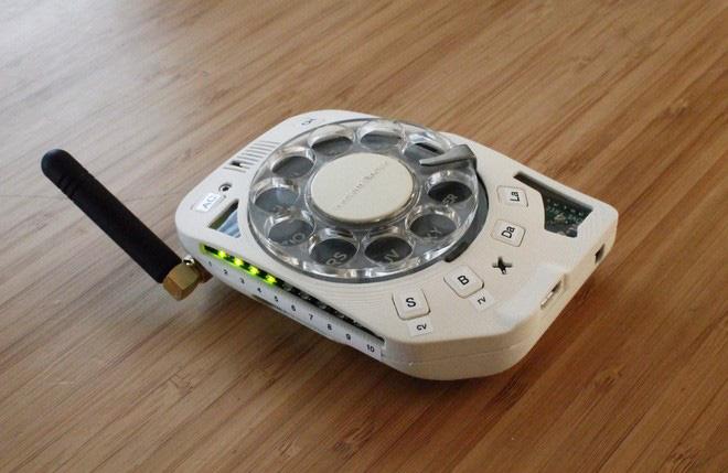 Chán smartphone, cô nàng này đã tự chế một chiếc điện thoại di động quay số cực kỳ hoài cổ - Ảnh 13.
