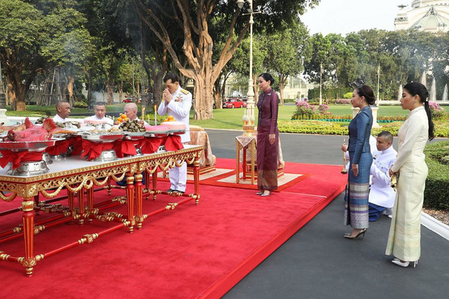 Hoàng hậu Thái Lan tái xuất sau một thời gian vắng bóng với vẻ ngoài rạng rỡ, làm lu mờ cả hai con riêng của chồng - Ảnh 3.