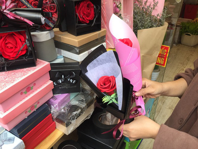 Hoa vĩnh cửu tiền triệu đắt khách dịp Valentine - Ảnh 3.