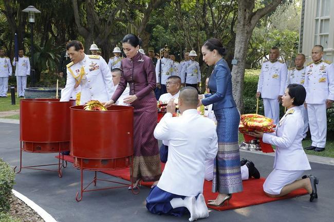 Quốc vương và Hoàng hậu Thái Lan làm lễ.