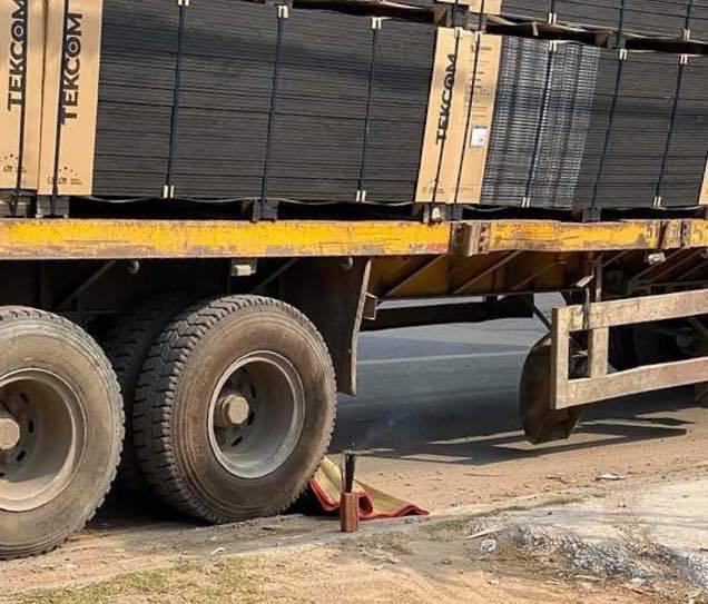 Xe container đang dừng bị trôi, cán chết người đàn ông bán vé số - Ảnh 1.