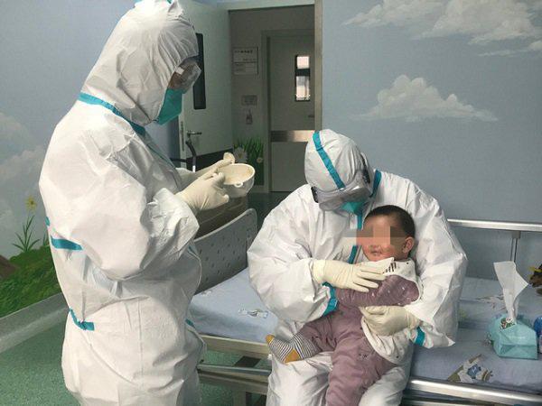 Sức khoẻ của bệnh nhi 3 tháng tuổi mắc virus corona giờ ra sao? - Ảnh 1.