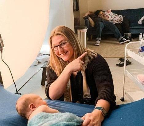 Nhiếp ảnh gia đang chụp bộ ảnh cho em bé sơ sinh nhưng sự chú ý lại dồn hết vào hành động của bố mẹ đứa trẻ ở phía sau - Ảnh 1.