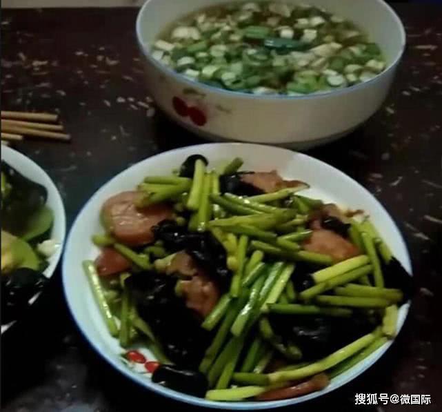 Không biết con trai trồng cây tỏi để làm bài tập về nhà, mẹ vặt sạch mang đi nấu ăn khiến hai mẹ con dở khóc dở cười - Ảnh 2.