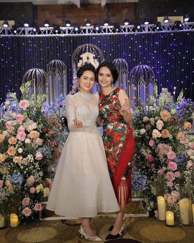 Chị em Huyền My - Quỳnh Anh giờ mới khoe ảnh chụp chung trong đám cưới: Đọ dáng thì ai hơn ai nè? - Ảnh 1.