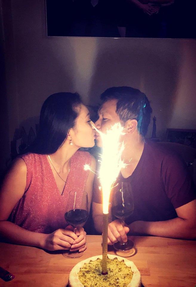 Vợ chồng Shark Hưng rủ nhau hẹn hò Valentine, không ngờ phải tranh thủ từng phút để còn dành thời gian cho việc này - Ảnh 2.