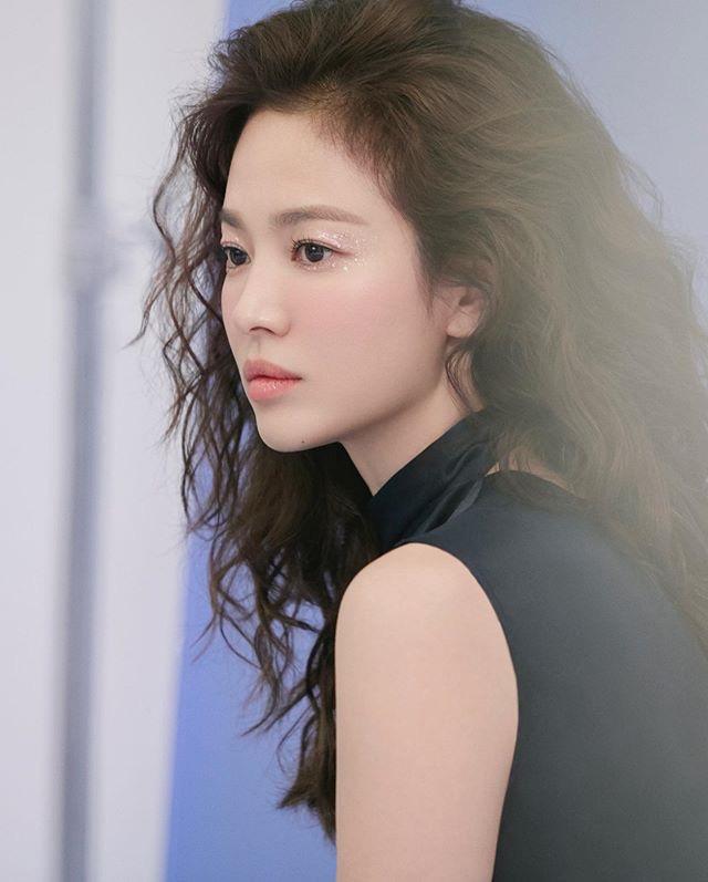 Hậu tin đồn tái hôn với đại gia Hong Kong, Song Hye Kyo tái xuất với mái tóc xoăn đầy khác lạ và cá tính - Ảnh 1.