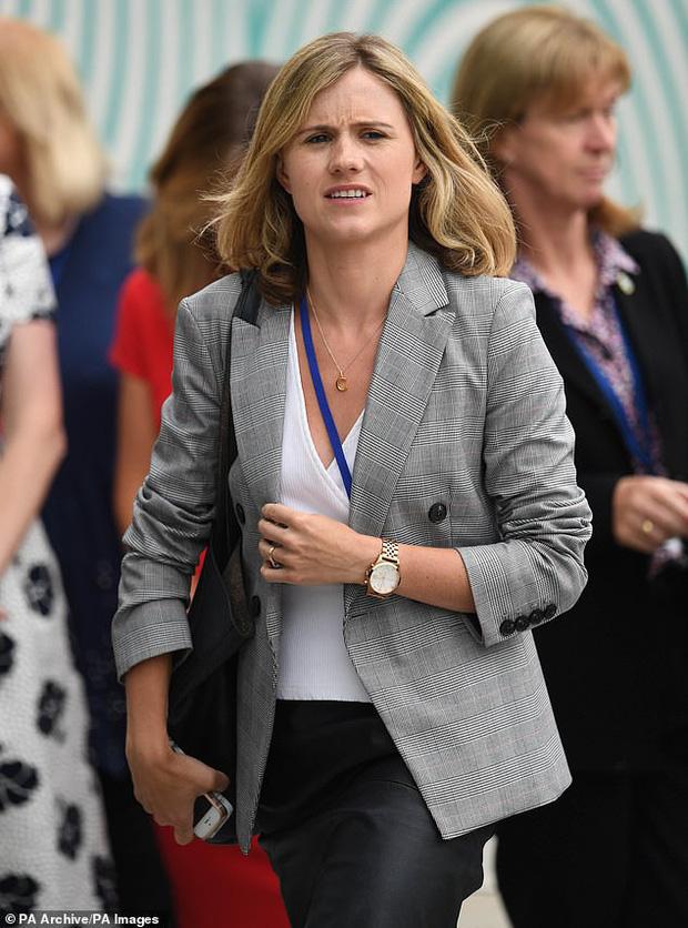 Cú sốc hoàng gia: Vợ chồng Meghan Markle sa thải 15 nhân viên ở Anh, đóng cửa văn phòng tại Cung điện Buckingham - Ảnh 2.