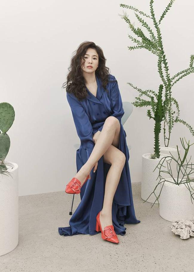 Hậu tin đồn tái hôn với đại gia Hong Kong, Song Hye Kyo tái xuất với mái tóc xoăn đầy khác lạ và cá tính - Ảnh 3.