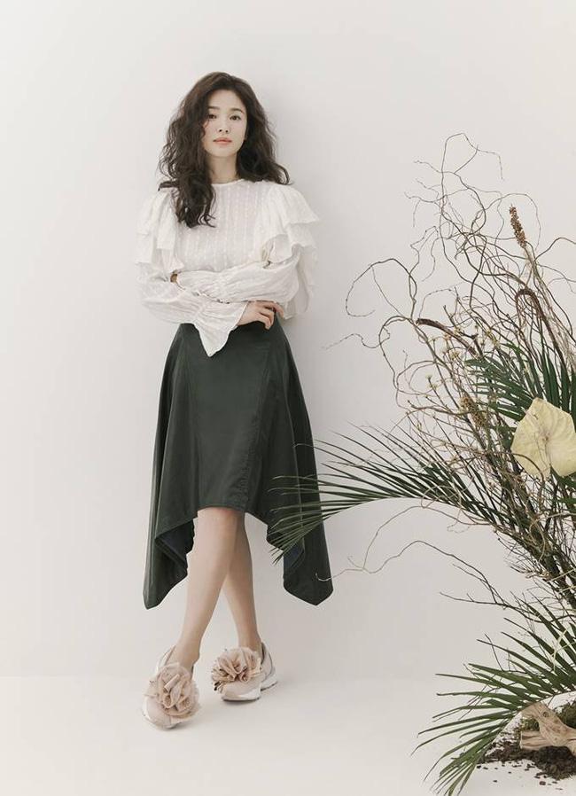 Hậu tin đồn tái hôn với đại gia Hong Kong, Song Hye Kyo tái xuất với mái tóc xoăn đầy khác lạ và cá tính - Ảnh 6.