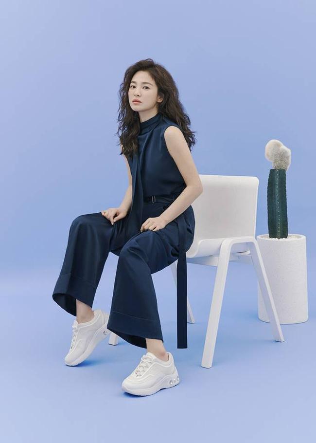 Hậu tin đồn tái hôn với đại gia Hong Kong, Song Hye Kyo tái xuất với mái tóc xoăn đầy khác lạ và cá tính - Ảnh 7.