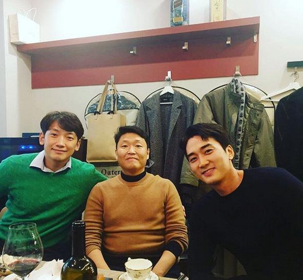 """Bức ảnh gây bão mạng xã hội, trai có vợ Bi Rain kém sắc so với tài tử """"Trái tim mùa thu"""" Song Seung Hun dù ít hơn tận 6 tuổi - Ảnh 1."""