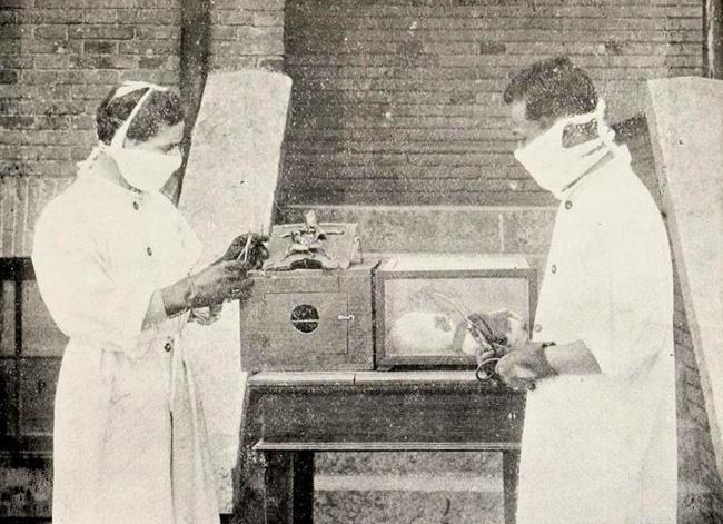 Chuyện chưa biết về chiếc khẩu trang Trung Quốc: Từ mảnh vải lụa đến gạc phẫu thuật rồi được xem là niềm tin giúp mọi người vượt qua bệnh tật - Ảnh 2.
