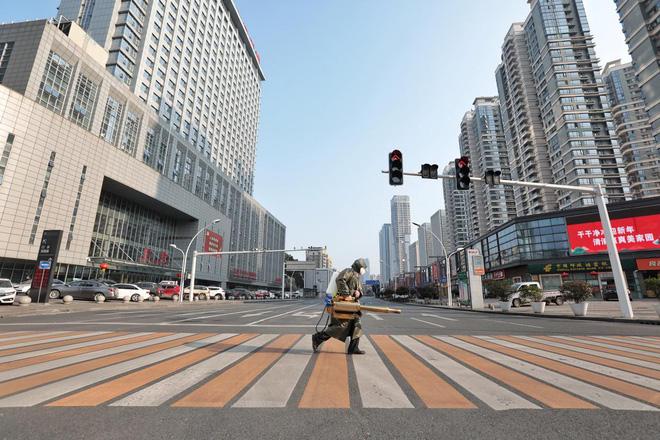 Cảnh tượng hiếm thấy: Hàng triệu người trở lại làm việc nhưng các siêu đô thị Trung Quốc vẫn chìm trong hôn mê vì virus corona - Ảnh 18.