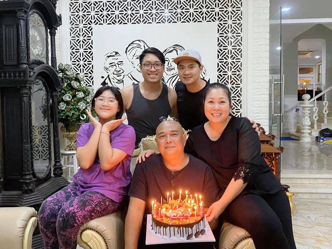 Món quà Valentine giản dị mà chồng Lê Tuấn Anh tặng Hồng Vân suốt 20 năm là gì? - Ảnh 2.