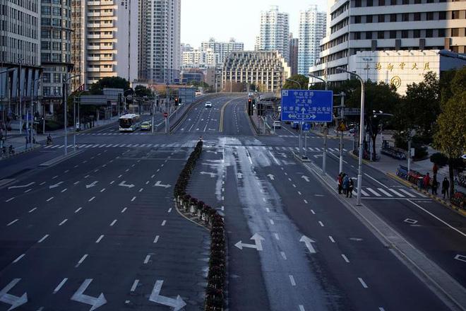 Cảnh tượng hiếm thấy: Hàng triệu người trở lại làm việc nhưng các siêu đô thị Trung Quốc vẫn chìm trong hôn mê vì virus corona - Ảnh 7.