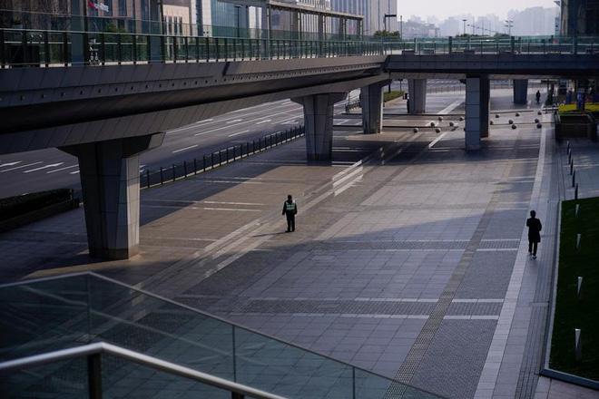 Cảnh tượng hiếm thấy: Hàng triệu người trở lại làm việc nhưng các siêu đô thị Trung Quốc vẫn chìm trong hôn mê vì virus corona - Ảnh 8.