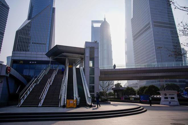 Cảnh tượng hiếm thấy: Hàng triệu người trở lại làm việc nhưng các siêu đô thị Trung Quốc vẫn chìm trong hôn mê vì virus corona - Ảnh 9.