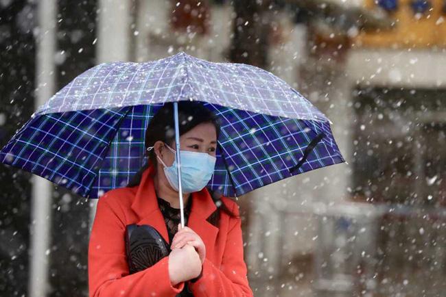 Vũ Hán tuyết trắng xóa, công tác đối phó virus corona thêm khó khăn - Ảnh 1.