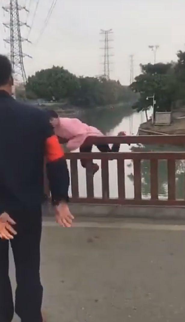 Bị ngăn không cho qua cầu vì không đeo khẩu trang, người phụ nữ nhảy luôn xuống sông chống đối và cái kết ngượng chín mặt - Ảnh 3.