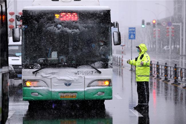 Vũ Hán tuyết trắng xóa, công tác đối phó virus corona thêm khó khăn - Ảnh 3.